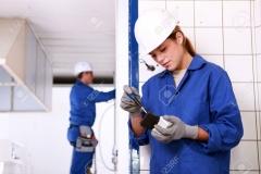 11610698-Electricistas-Hombres-y-mujeres-trabajando-juntos-Foto-de-archivo