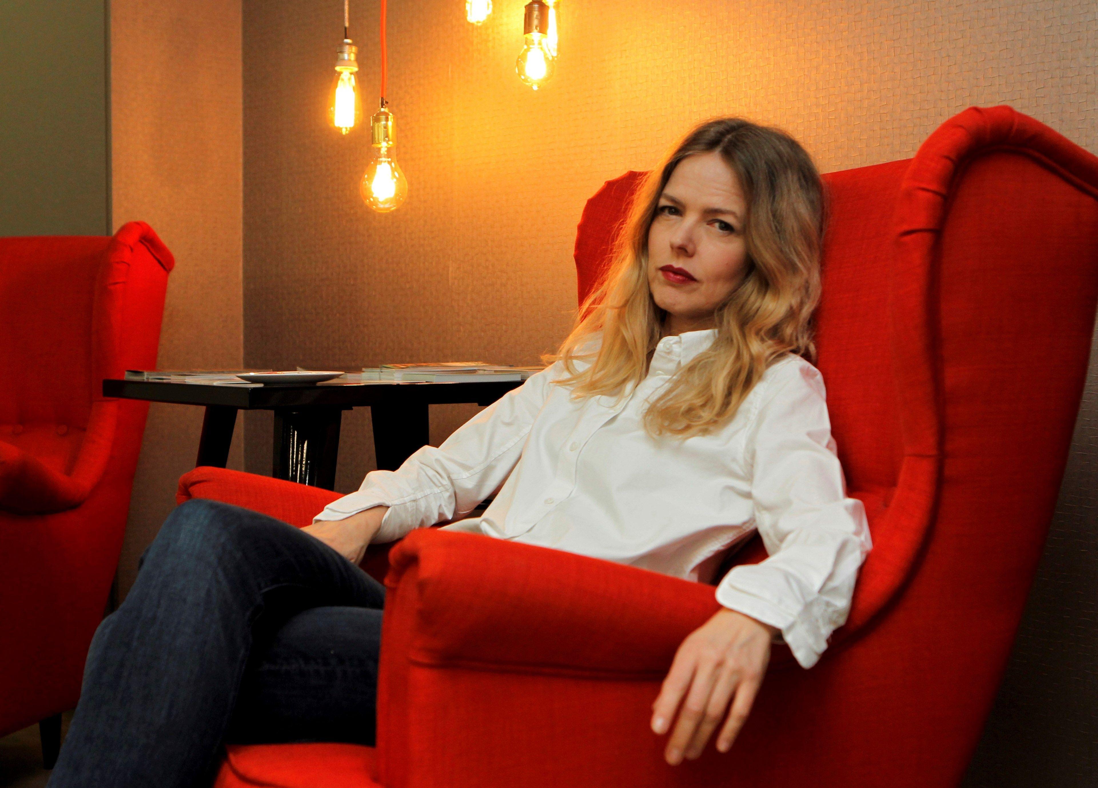 GRAF4222. MADRID, 02/04/2019.- Christina Rosenvinge, la artista que emigró a EE.UU. tras toparse en España con la incomprensión de sus primeros discos, vive 20 años después un momento de celebración personal y ajena, materializado en el Premio Nacional de Músicas Actuales 2018, el reciente Premio MIN al mejor disco de pop y su debut literario. EFE/ Paolo Aguilar